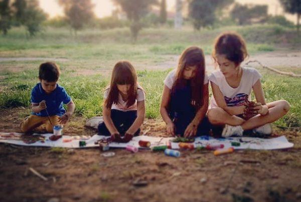 Green emotions - Imatge nens jugant amb fang